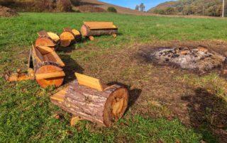 foto boomstammen banken vuurplaats Domaine du Merlet